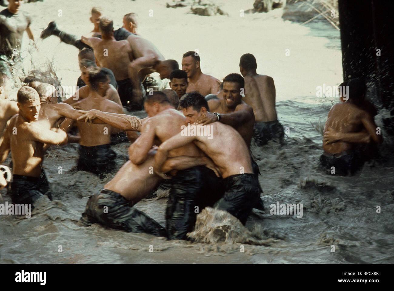 SOLDIERS IN MUDDY WATER SCENE HEARTBREAK RIDGE (1986) - Stock Image