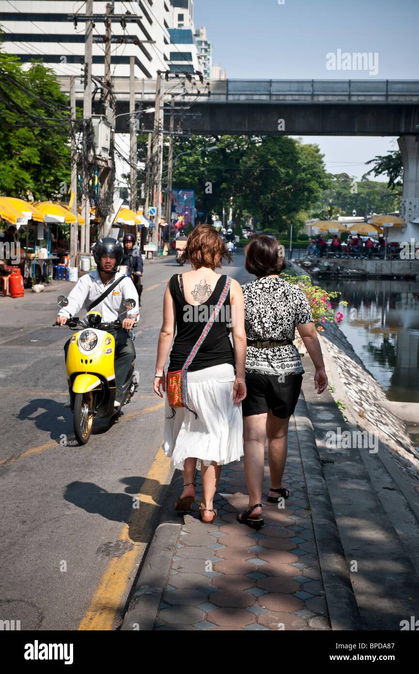 Narrow footpath along Soi Tonson in the centre of Bangkok. Stock Photo