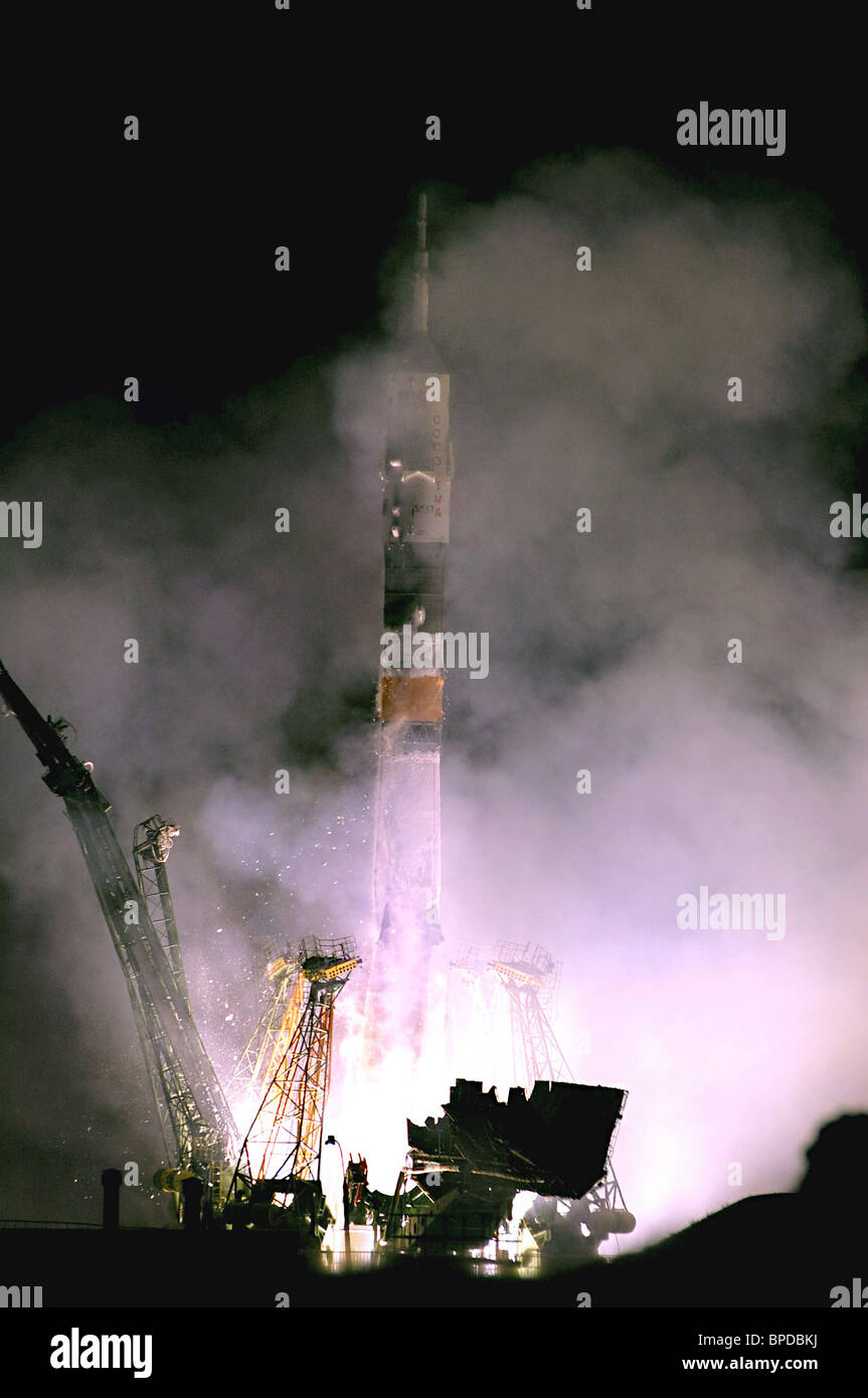 Russian Soyuz TMA-10 carrying 5th space tourist blasts off from Baikonur Cosmodrome - Stock Image