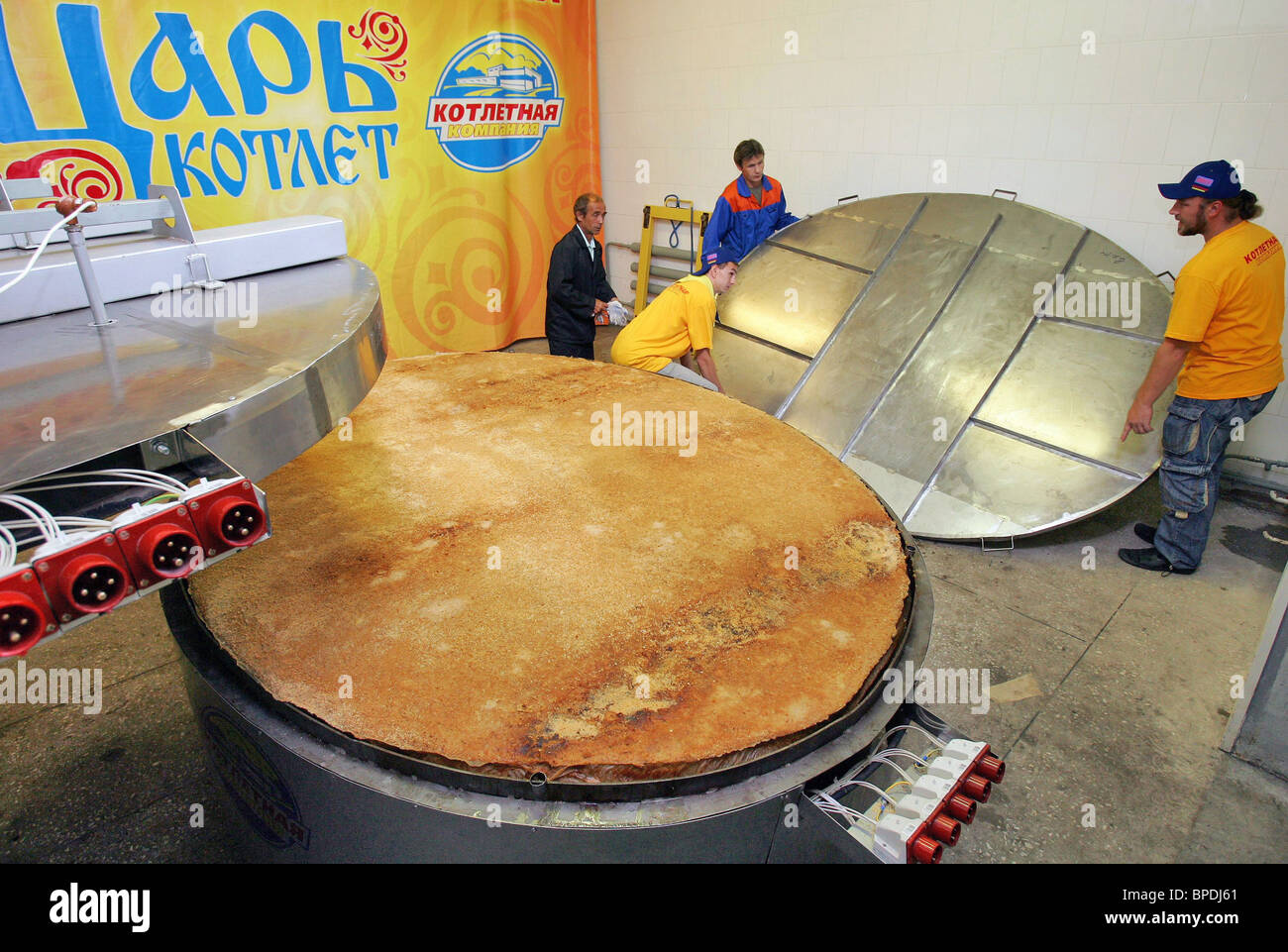 Hamburger patty weighing around 330 kg (726 lbs) made in Kostroma - Stock Image