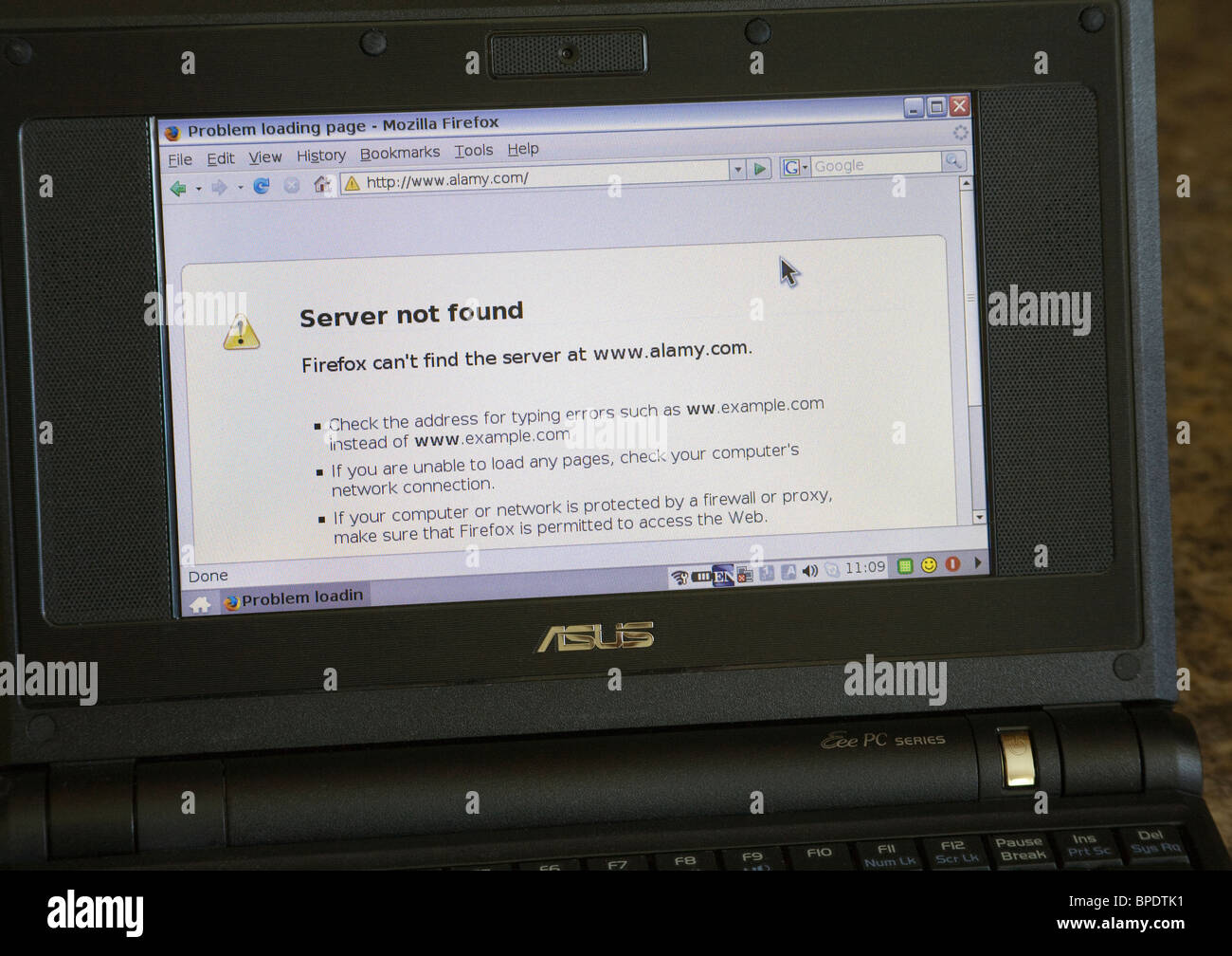 Close up screen of a small lap top computer unable to connect to the internet - Stock Image