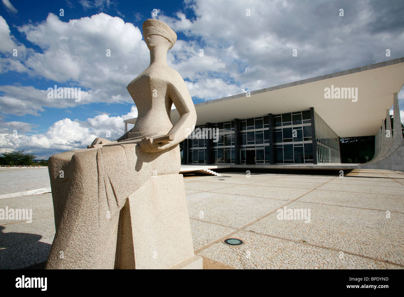 Justice sculpture infront of the Supremo Tribunal Federal or Supreme Federal Tribunal, Brasilia, Brazil. - Stock Image
