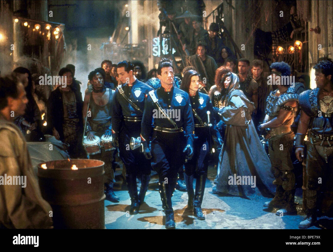 SCENE WITH SYLVESTER STALLONE & SANDRA BULLOCK DEMOLITION MAN (1993) - Stock Image