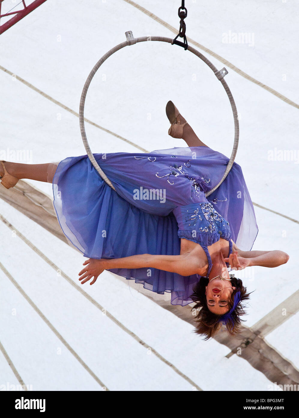 Sarah Schwarz performing her trapeze swinging act at Gifford's Circus - Stock Image