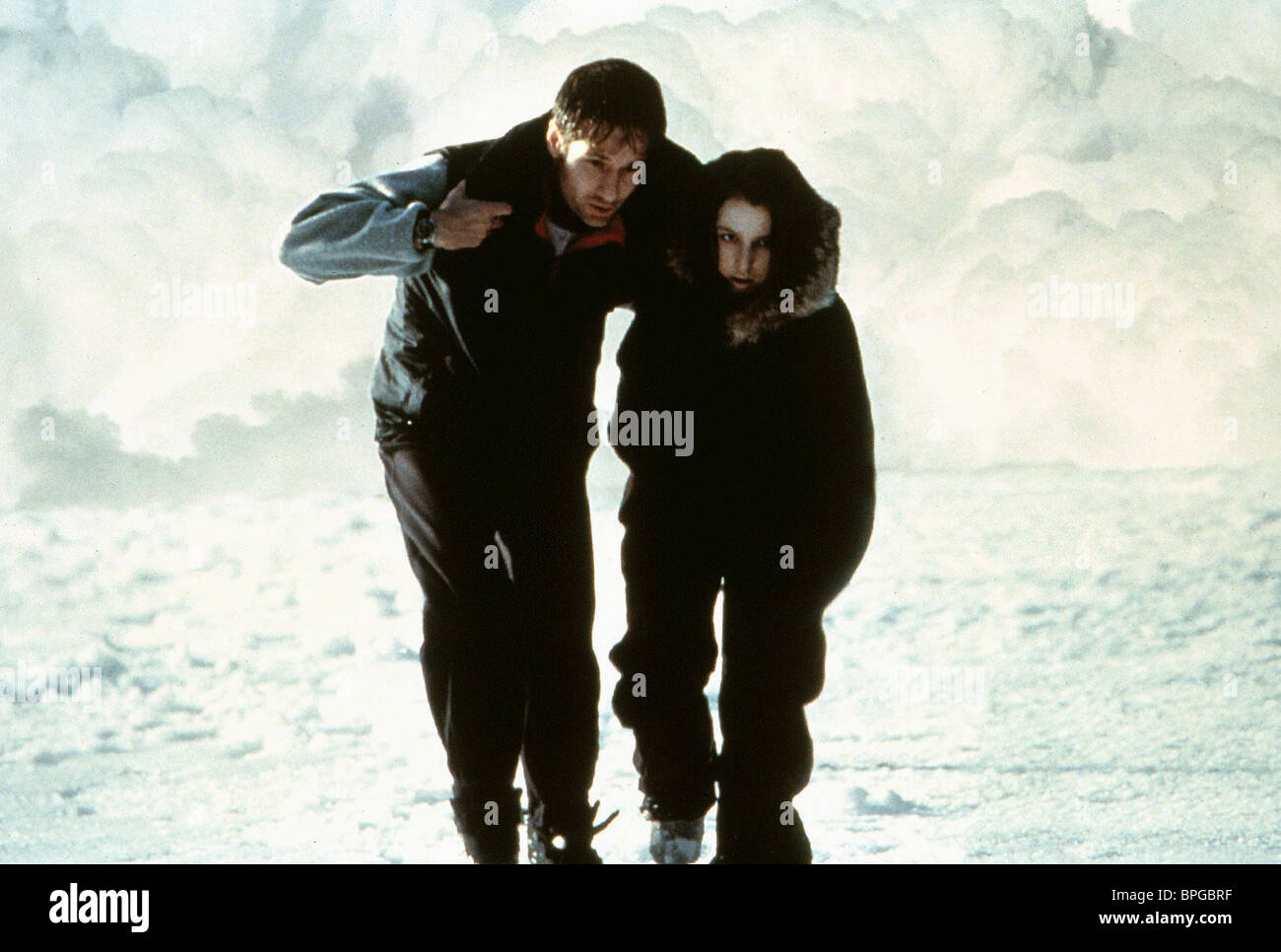 DAVID DUCHOVNY & GILLIAN ANDERSON THE X-FILES: THE MOVIE (1998) - Stock Image