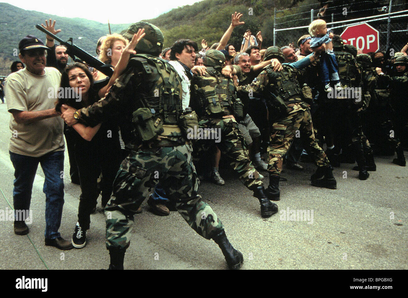ARMY HOLD BACK CIVILIANS DEEP IMPACT (1998) - Stock Image