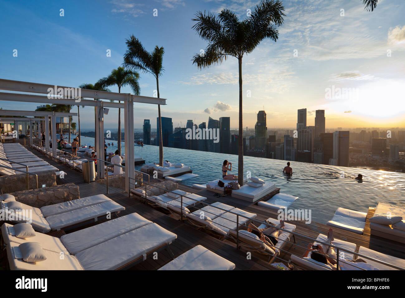 SkyPark infinity swimming pool, Marina Bay Sands Resort hotel, Marina Bay, Singapore - Stock Image
