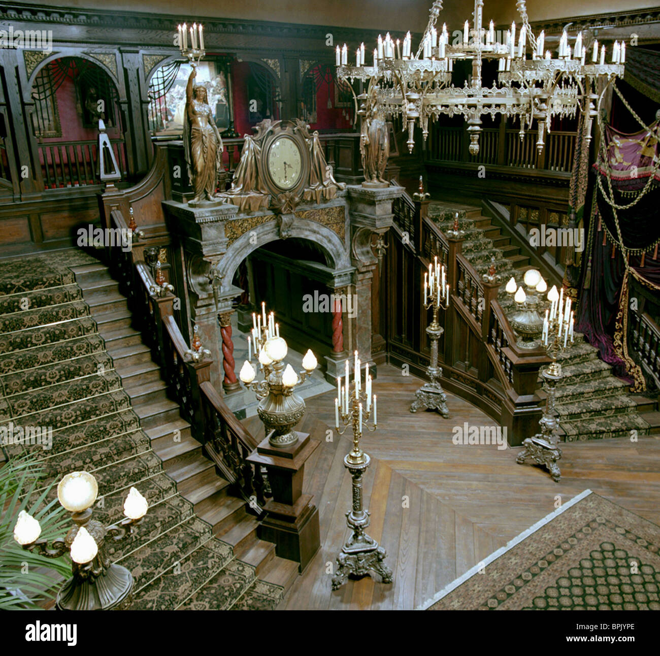 MANSION HALLWAY & STAIRWAY THE HAUNTED MANSION (2003) - Stock Image