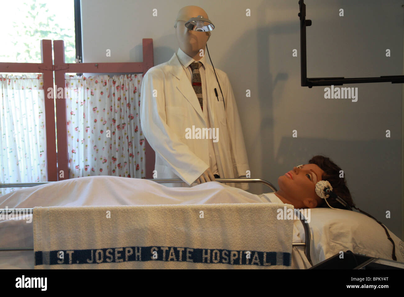 A display of electro shock therapy at the Glore Psychiatric Museum. - Stock Image