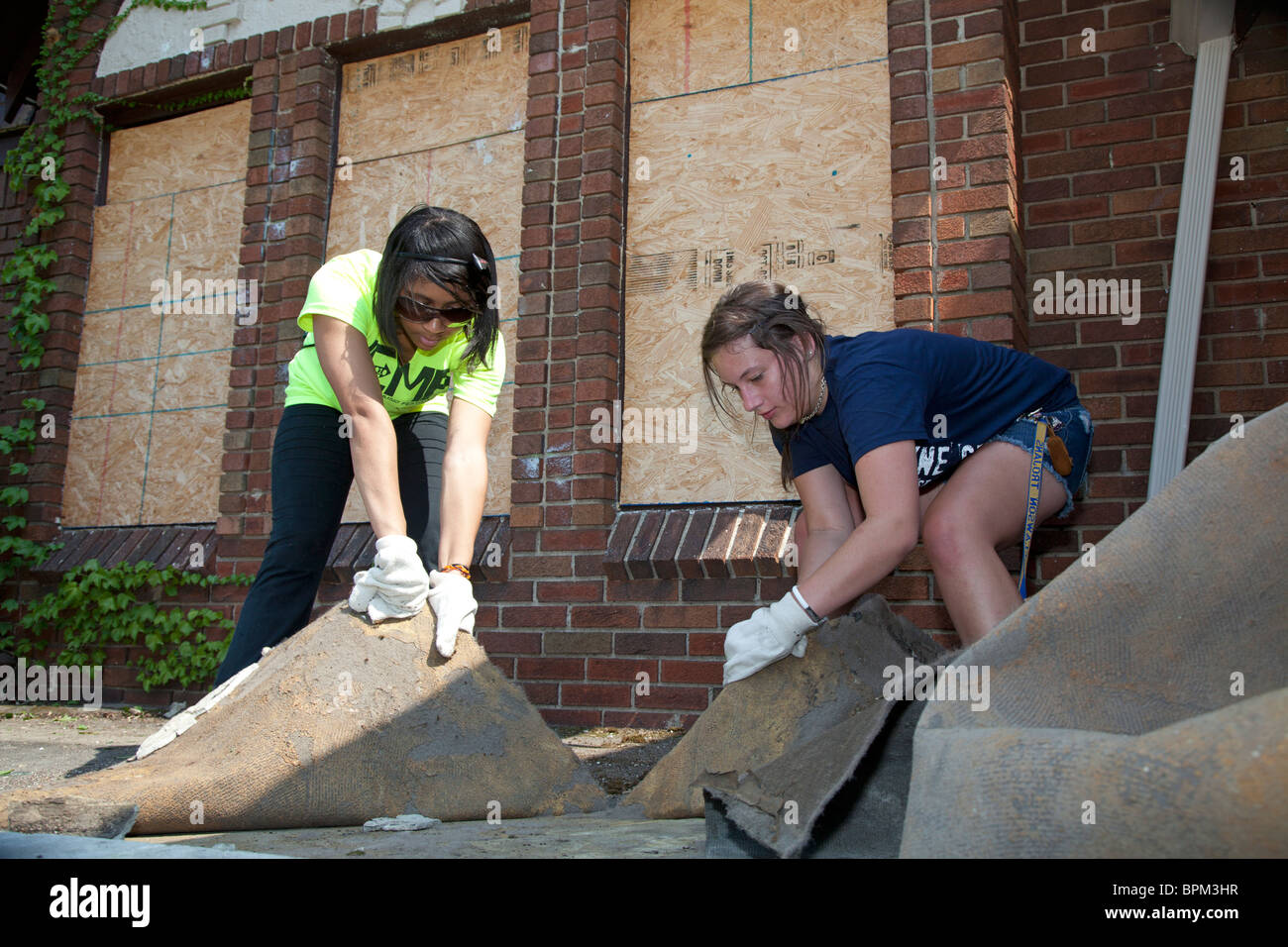Student Volunteers Clean Up Vacant Property in Detroit - Stock Image