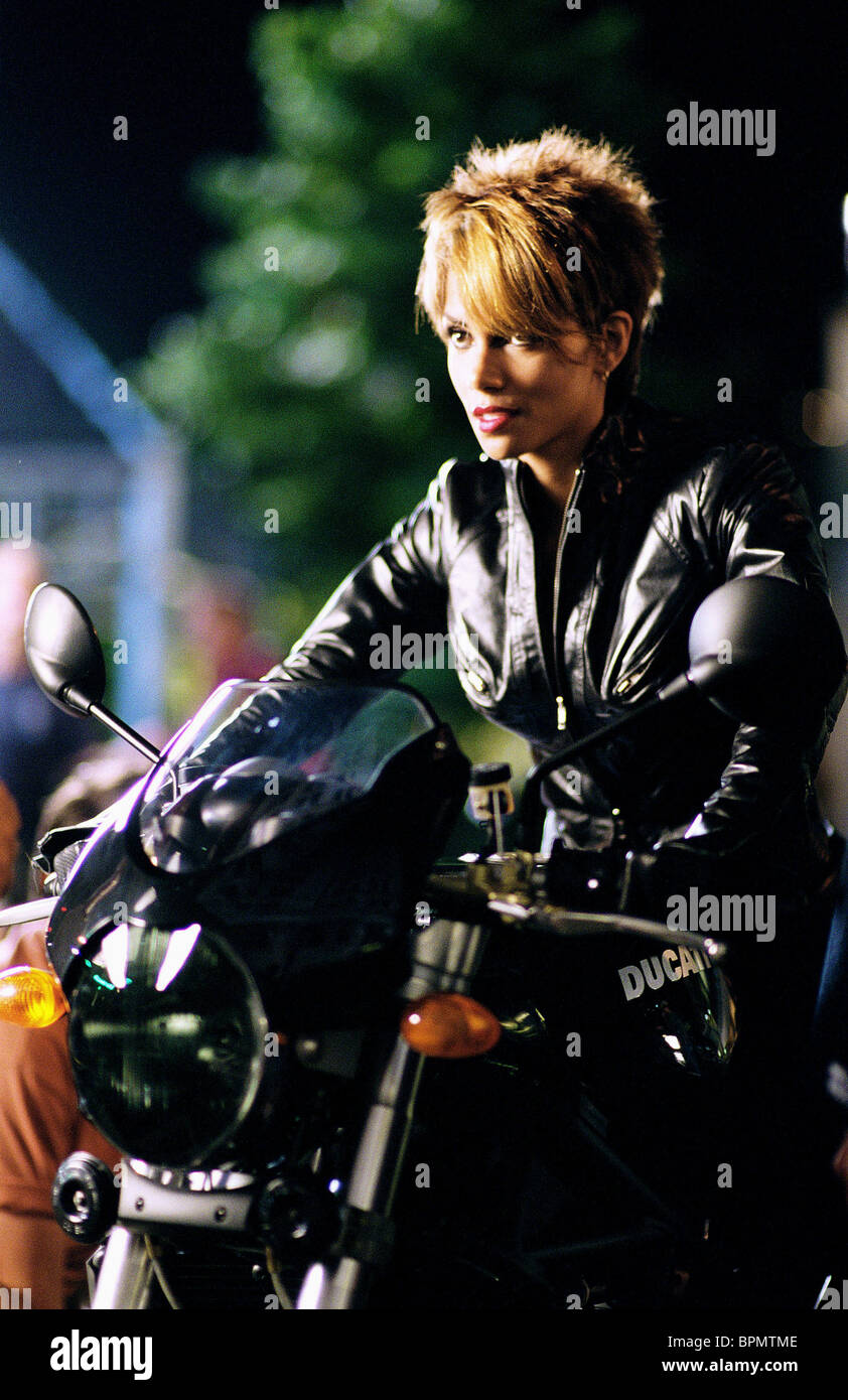 Halle Berry Catwoman 2004 Stock Photo Alamy