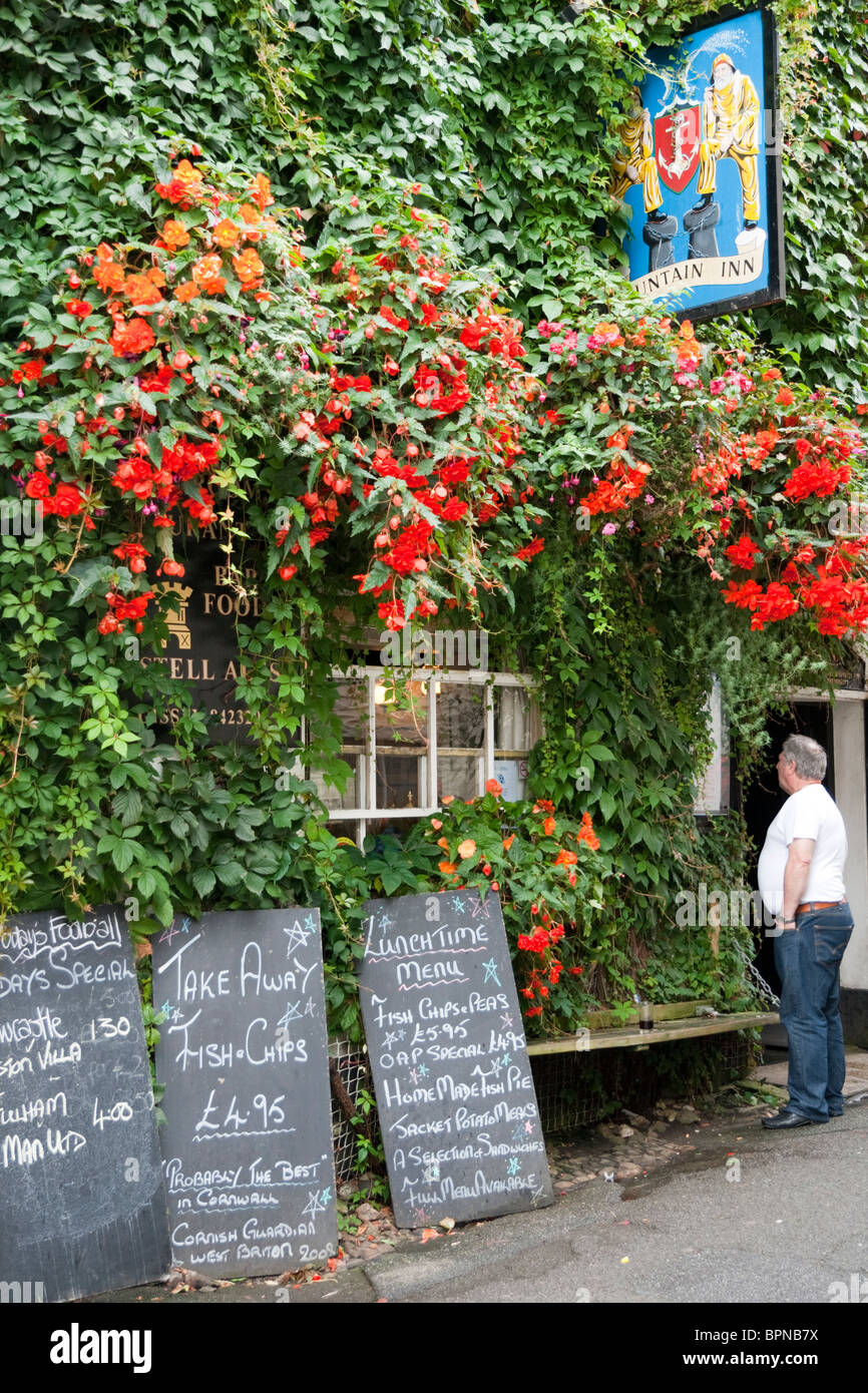 Traditional English country pub,  with flowers and menus outside on chalkboards, Mevagissey, Cornwall, England, - Stock Image