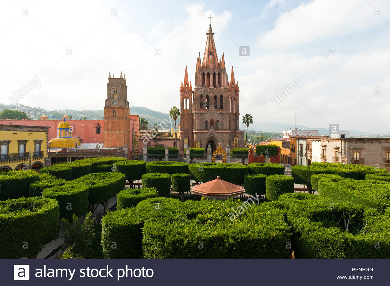 Overview of the main square with the Church of St. Michael the Archangel in background, San Miguel de Allende, Mexico - Stock Image