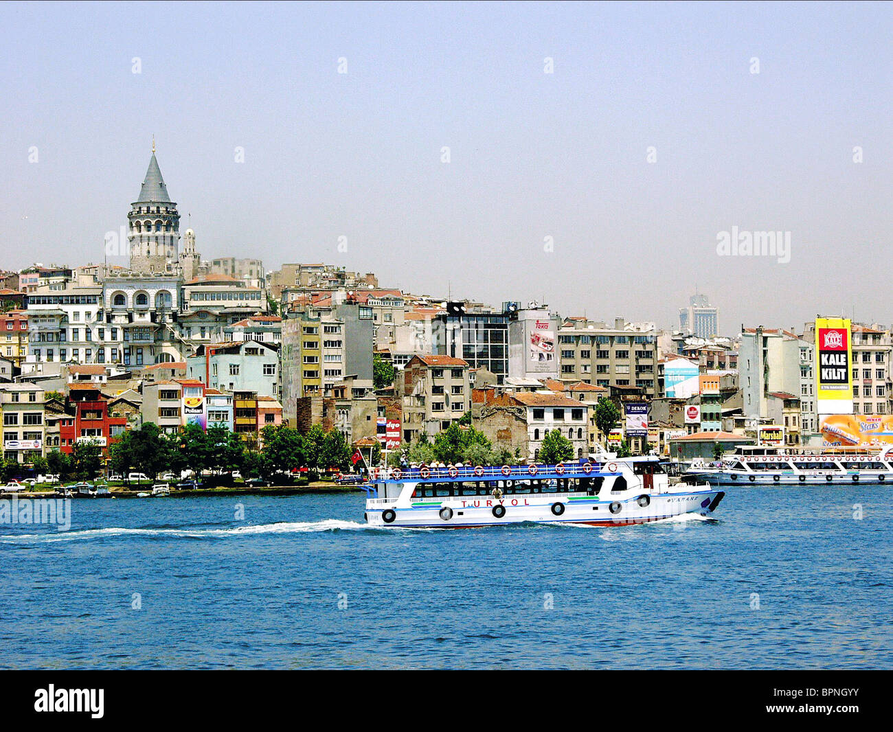 STADTVIERTEL GALATA ISTANBUL CROSSING THE BRIDGE: THE SOUND OF ISTANBUL (2005) - Stock Image