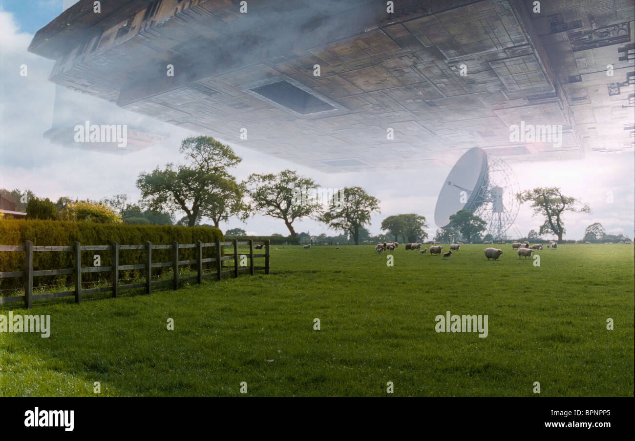 VOGON SHIP ABOVE FIELD THE HITCHHIKER'S GUIDE TO THE GALAXY (2005) - Stock Image