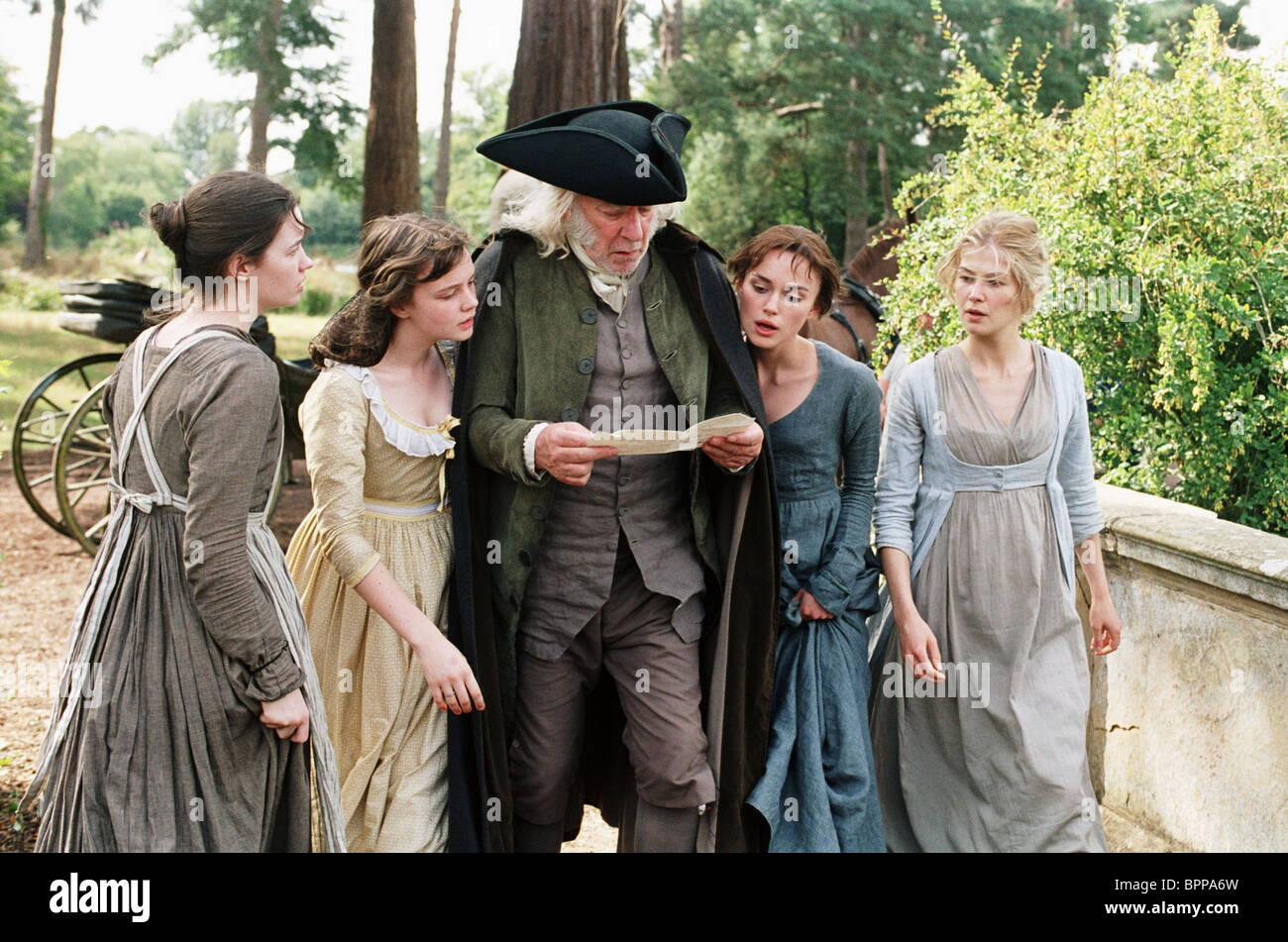 TALULAH RILEY CAREY MULLIGAN DONALD SUTHERLAND KEIRA KNIGHTLEY & ROSAMUND PIKE PRIDE AND PREJUDICE (2005) - Stock Image