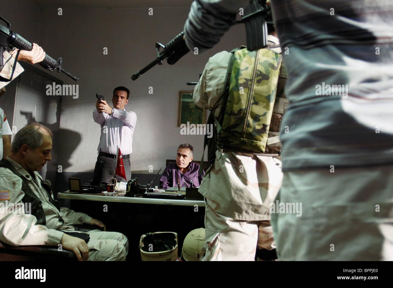 SCENE WITH GUNS VALLEY OF THE WOLVES: IRAQ; KURTLAR VADISI - IRAK (2006) - Stock Image