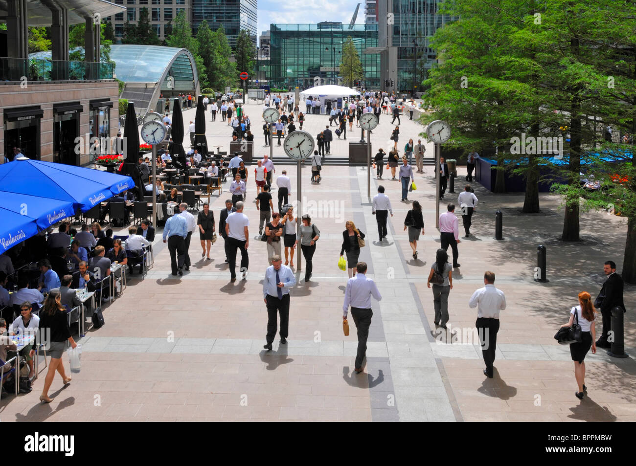 Canary Wharf  office workers at lunchtime - Stock Image