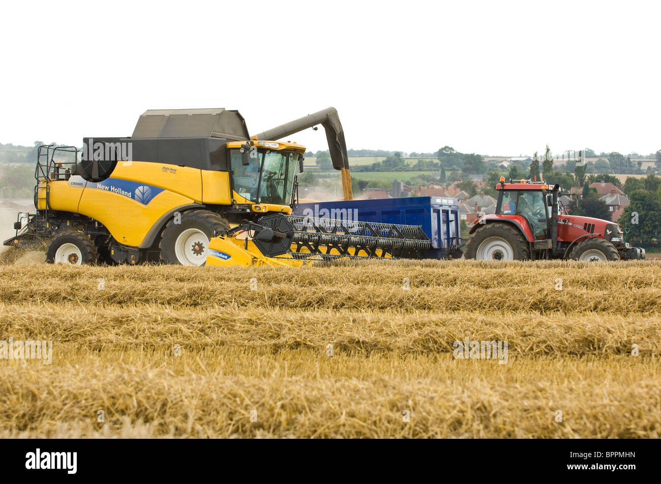 New Holland CR 9080 combined harvester harvesting a field of wheat - Stock Image