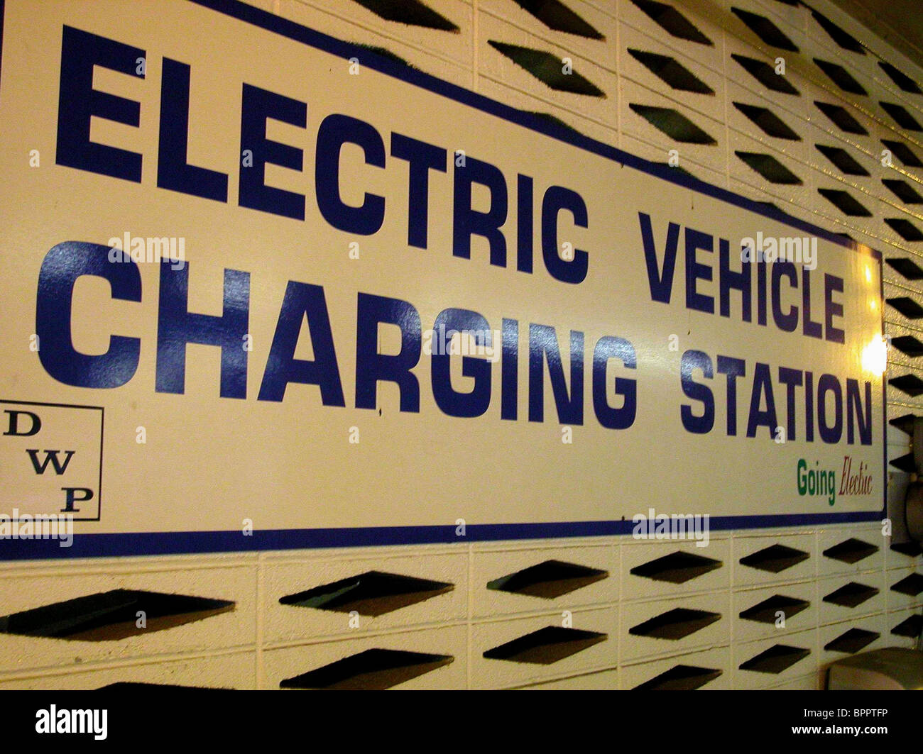ELECTRIC VEHICLE CHARGING STATION WHO KILLED THE ELECTRIC CAR? (2006) - Stock Image