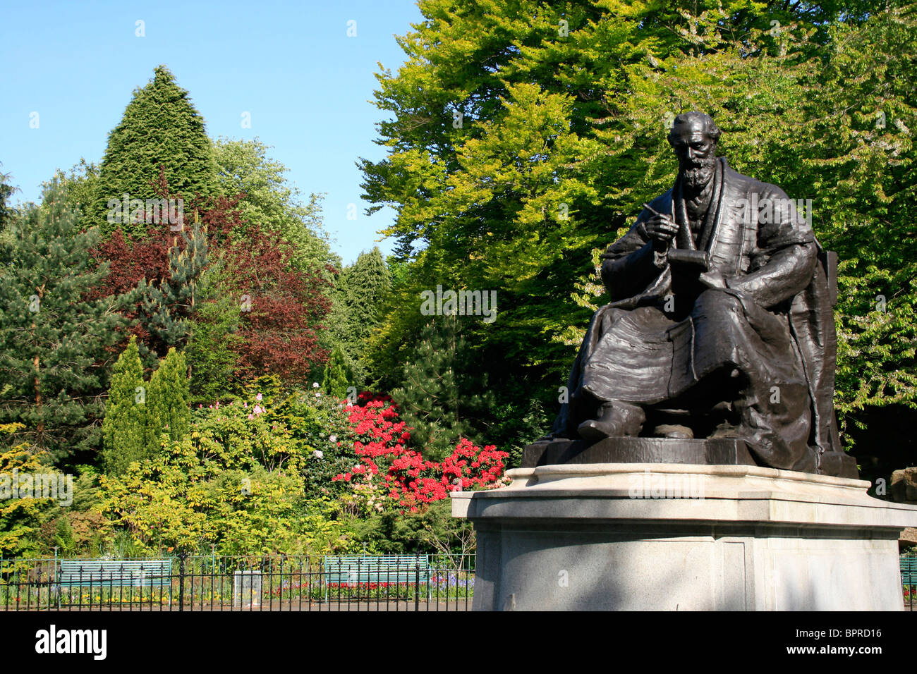 Bronze statue of William Thomson Lord Kelvin (1824-1907) in academic robes with a notebook and pen, Kelvingrove - Stock Image