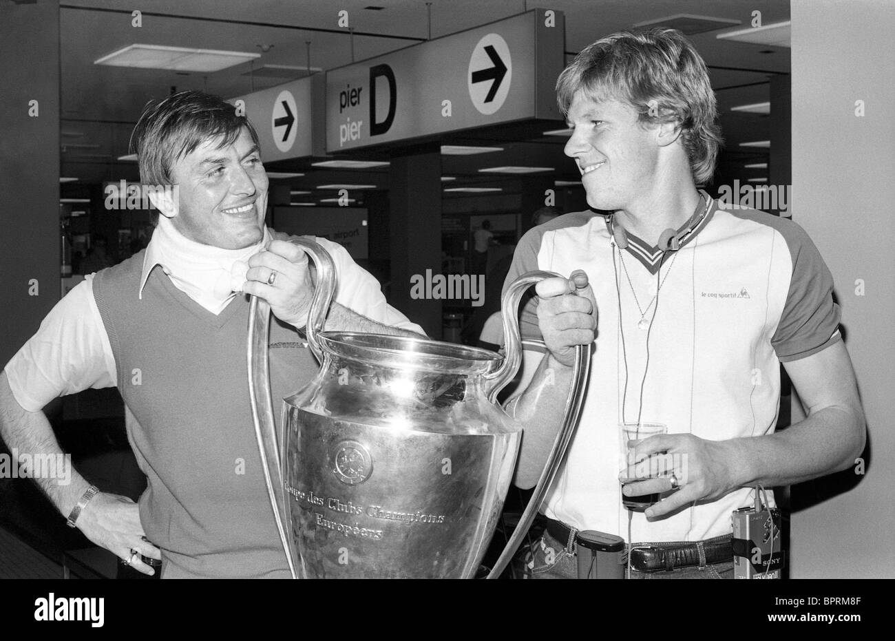 Aston Villa footballers Jimmy Rimmer and Nigel Spink with the European Cup at East Midlands Airport in 1982 - Stock Image