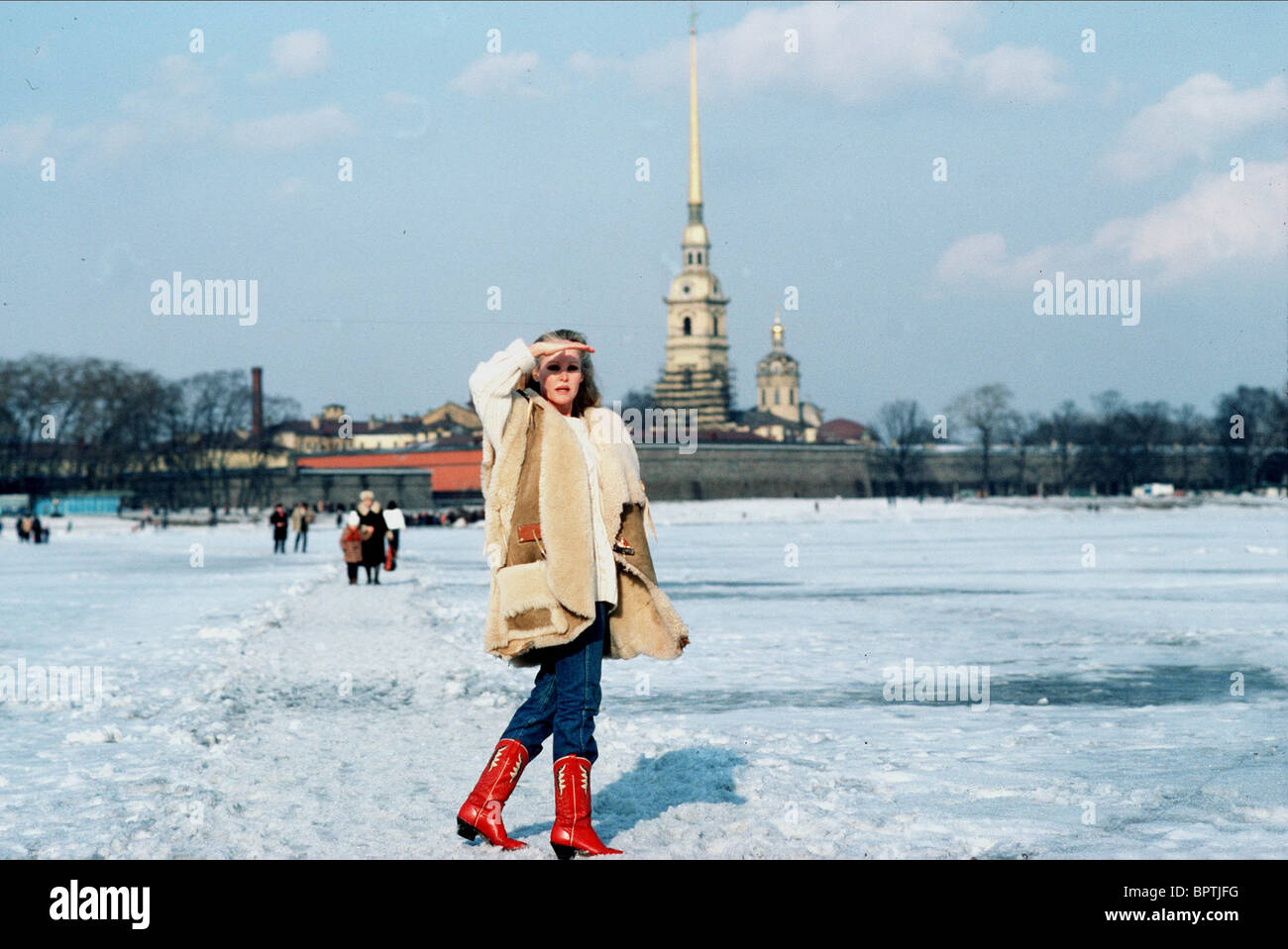 URSULA ANDRESS OUTSIDE PETER THE GREAT FORTRESS & ST. PETERSBURG USSR ST PETERSBURG USSR (1986) - Stock Image