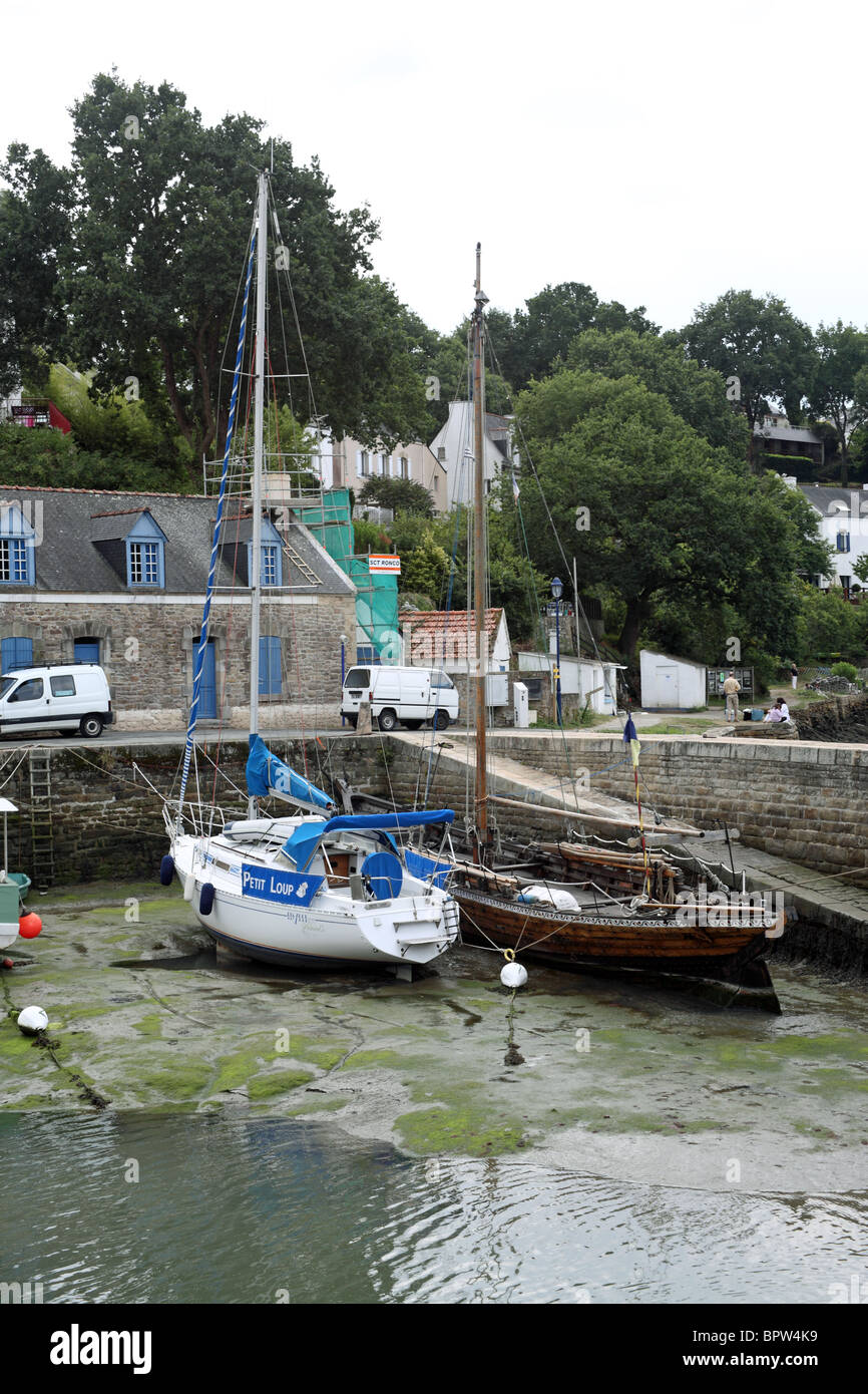 harbour at low tide, Quai Jean Bart, Le Bono, Morbihan, Bretagne, Brittany, France - Stock Image