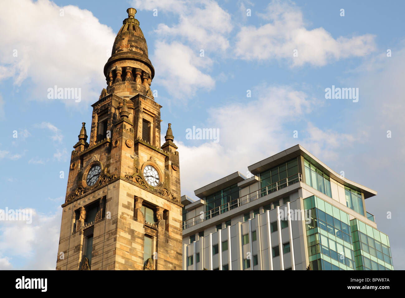 The Tower of the Victorian St Vincent Street Church designed by Alexander Greek Thomson beside the Pinnacle Building - Stock Image