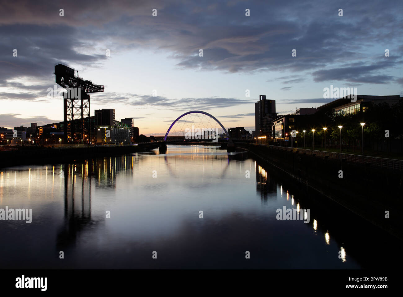 Looking East along the River Clyde at dawn towards the Clyde Arc Bridge and Finnieston Crane, Glasgow, Scotland - Stock Image