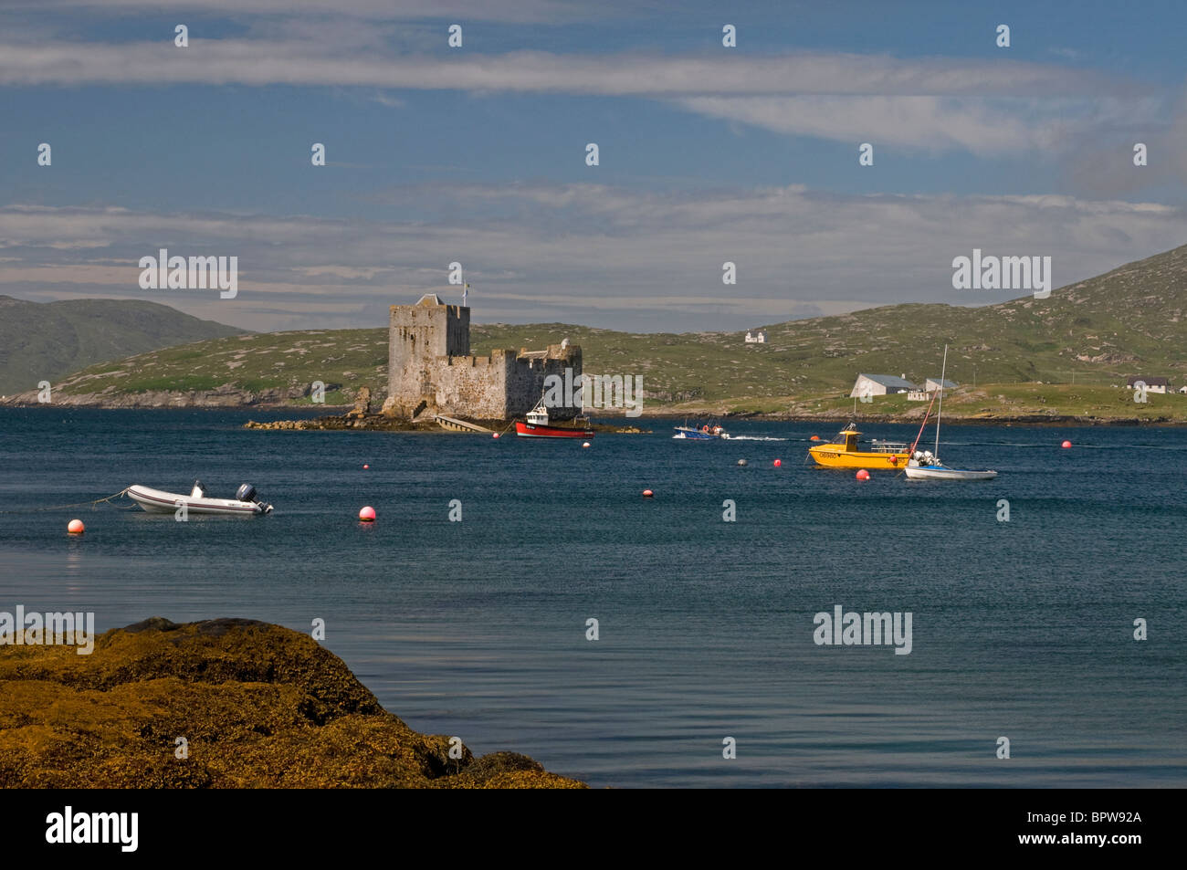 Kisimul Castle sits in Castlebay on the Island of Barra, Outer Hebrides Western Isles. Scotland.   SCO 6530 - Stock Image
