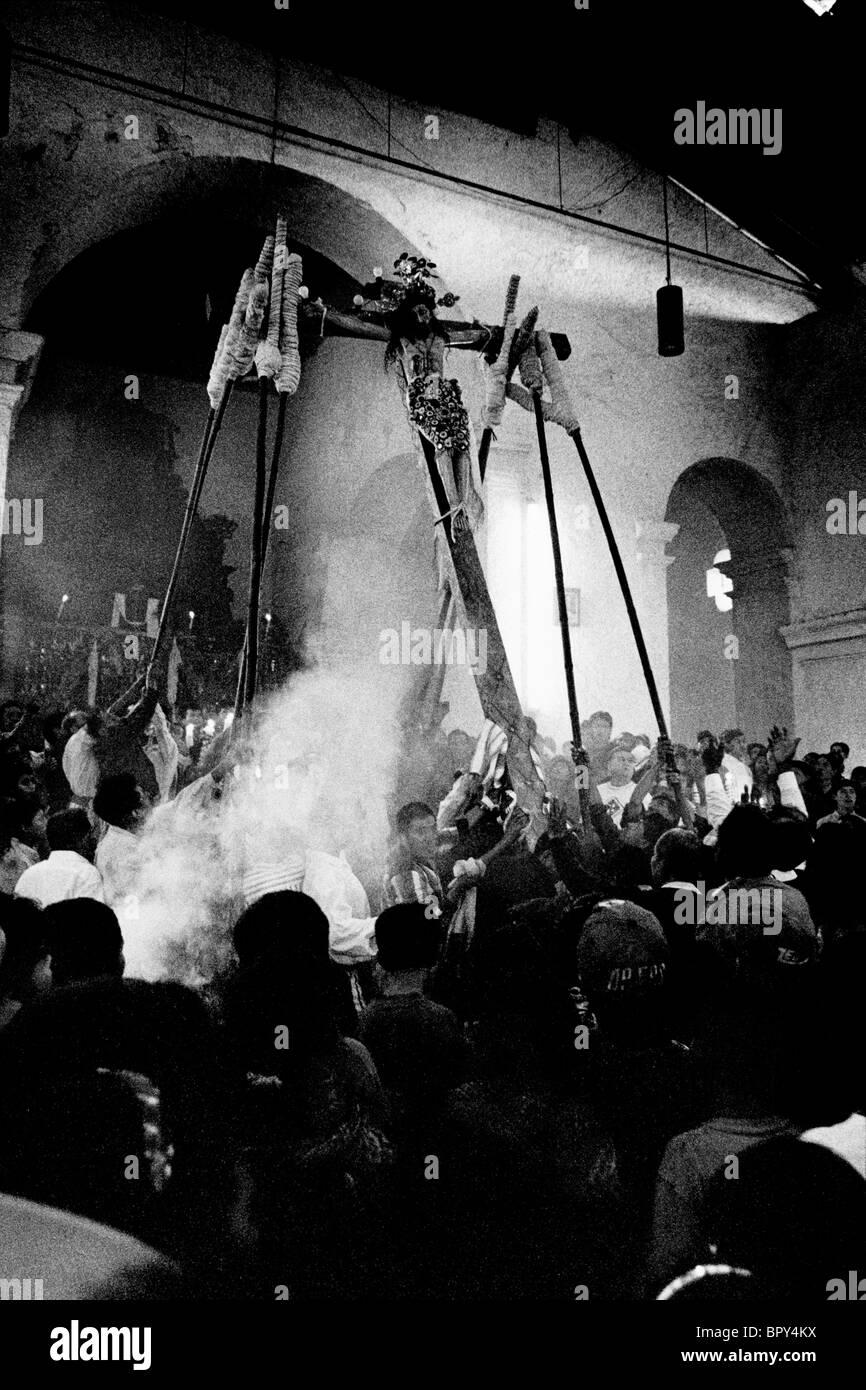 Holy Week, Santiago Atitlan. Guatemala. 1998. The crucifiction of Christ on Good Friday. - Stock Image