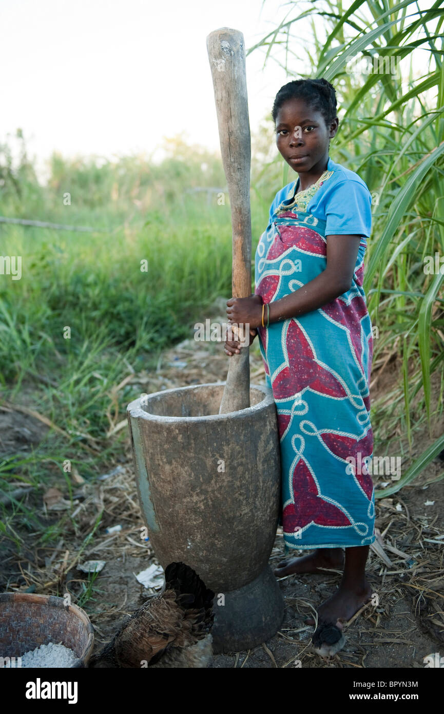 Woman pounding maize to make nsima, Chintheche, Malawi - Stock Image