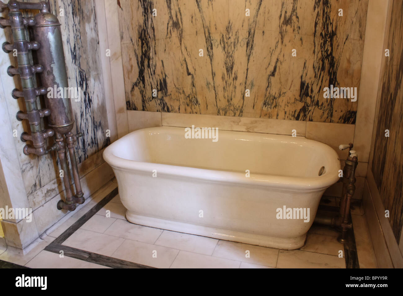retro vintage white bath tub marble wall - Stock Image