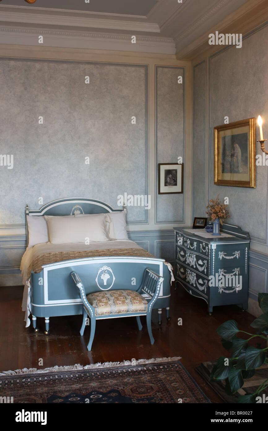 vintage retro bedroom bed blue - Stock Image