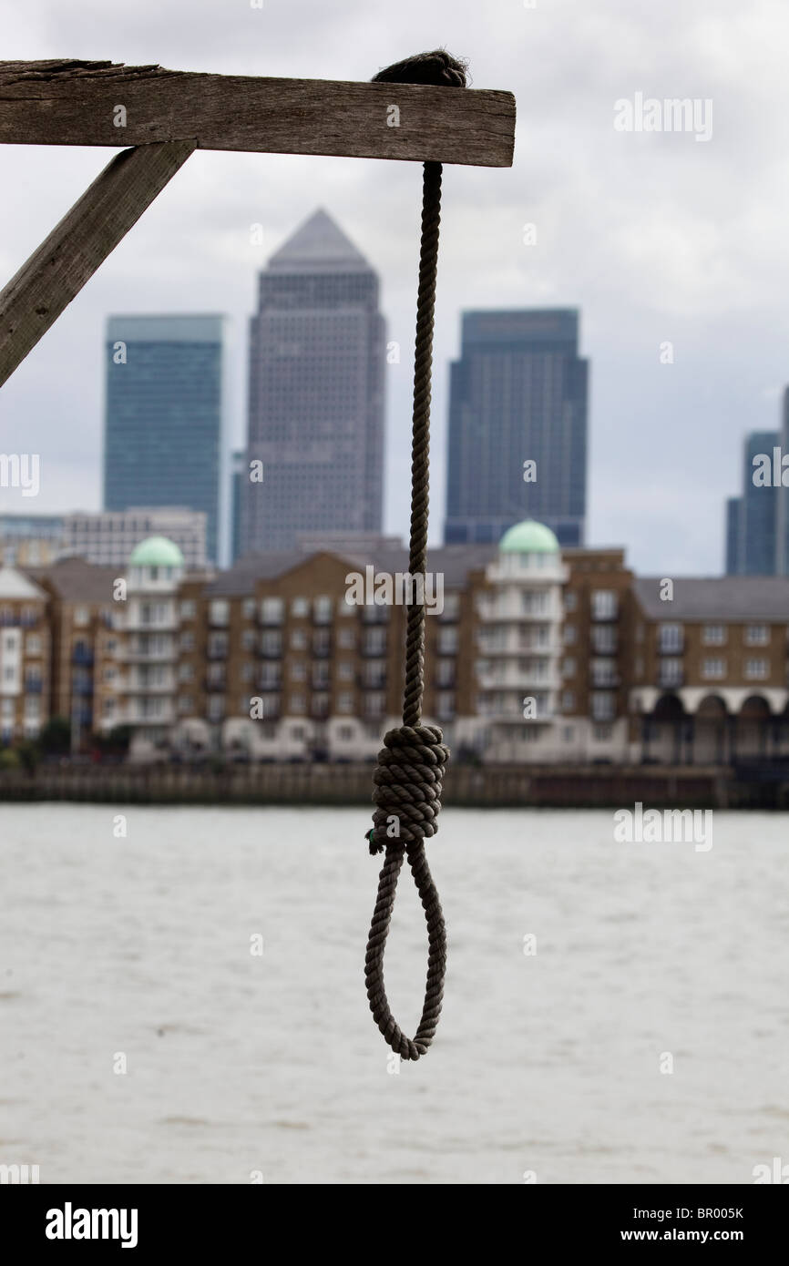 Rope Noose hanging over the River Thames with Canary Wharf in the background - Stock Image