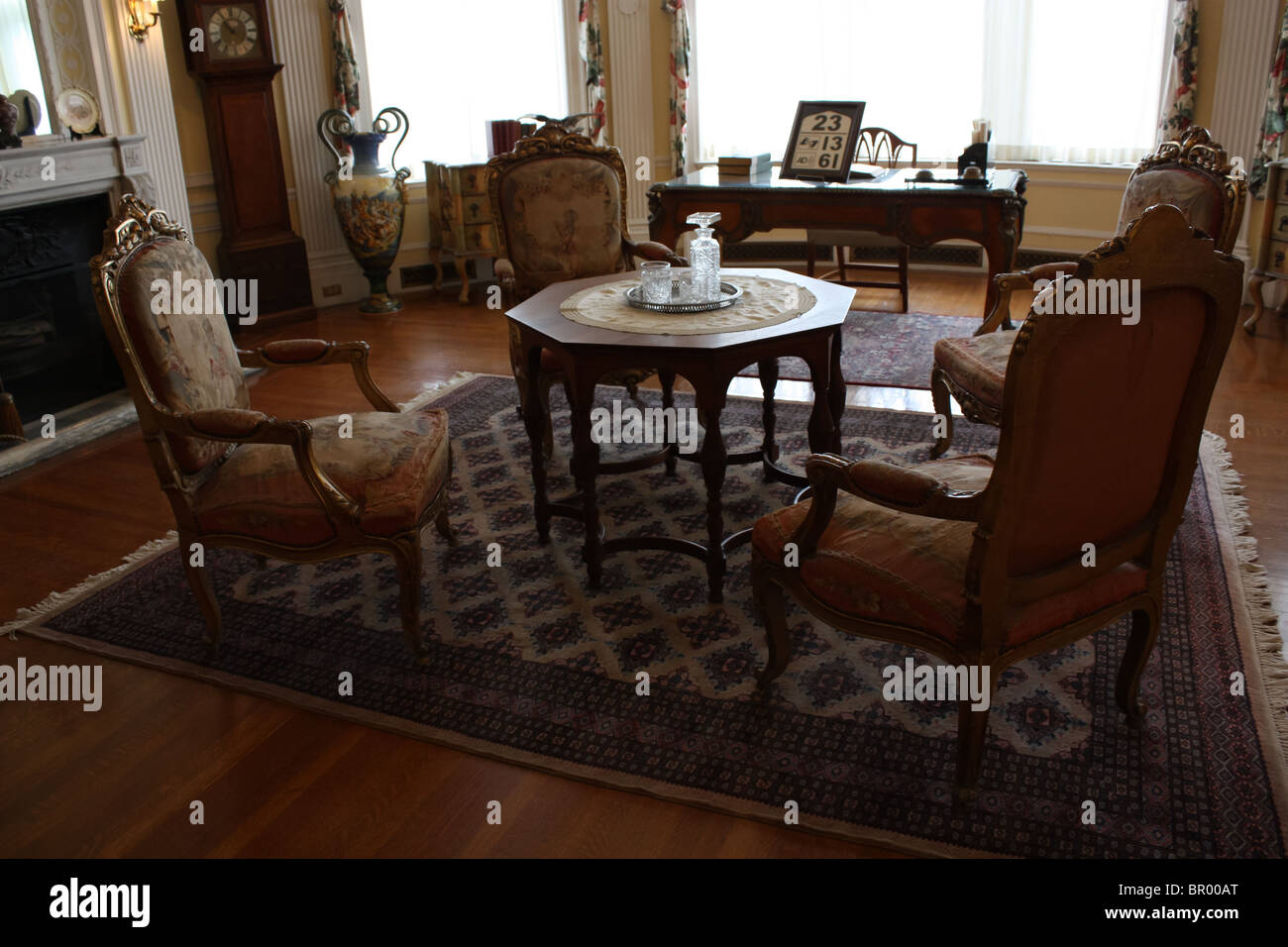 vintage furniture coffee table chair living room - Stock Image