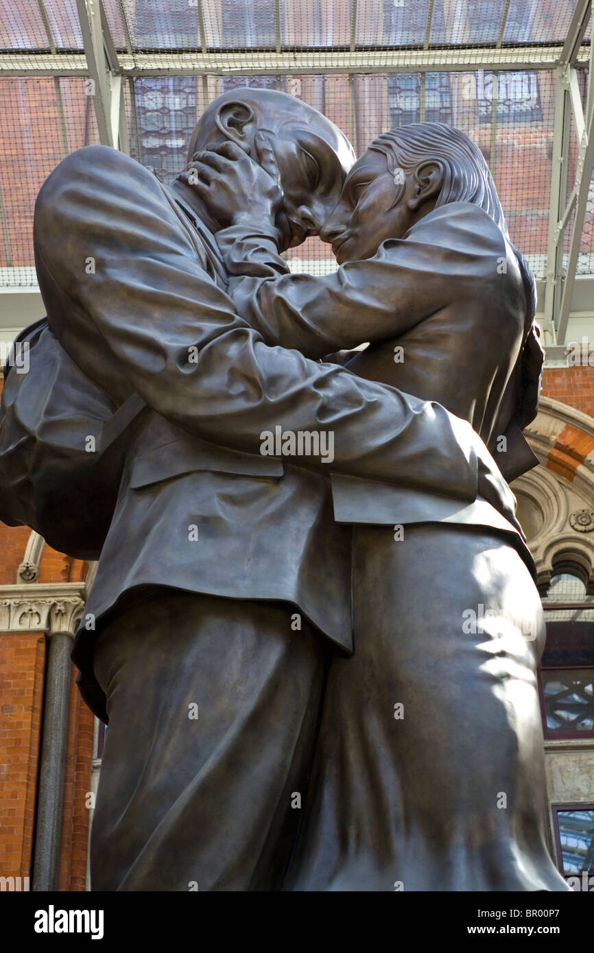 Paul Days' 'The Meeting Place' Lovers Statue At St Pancras