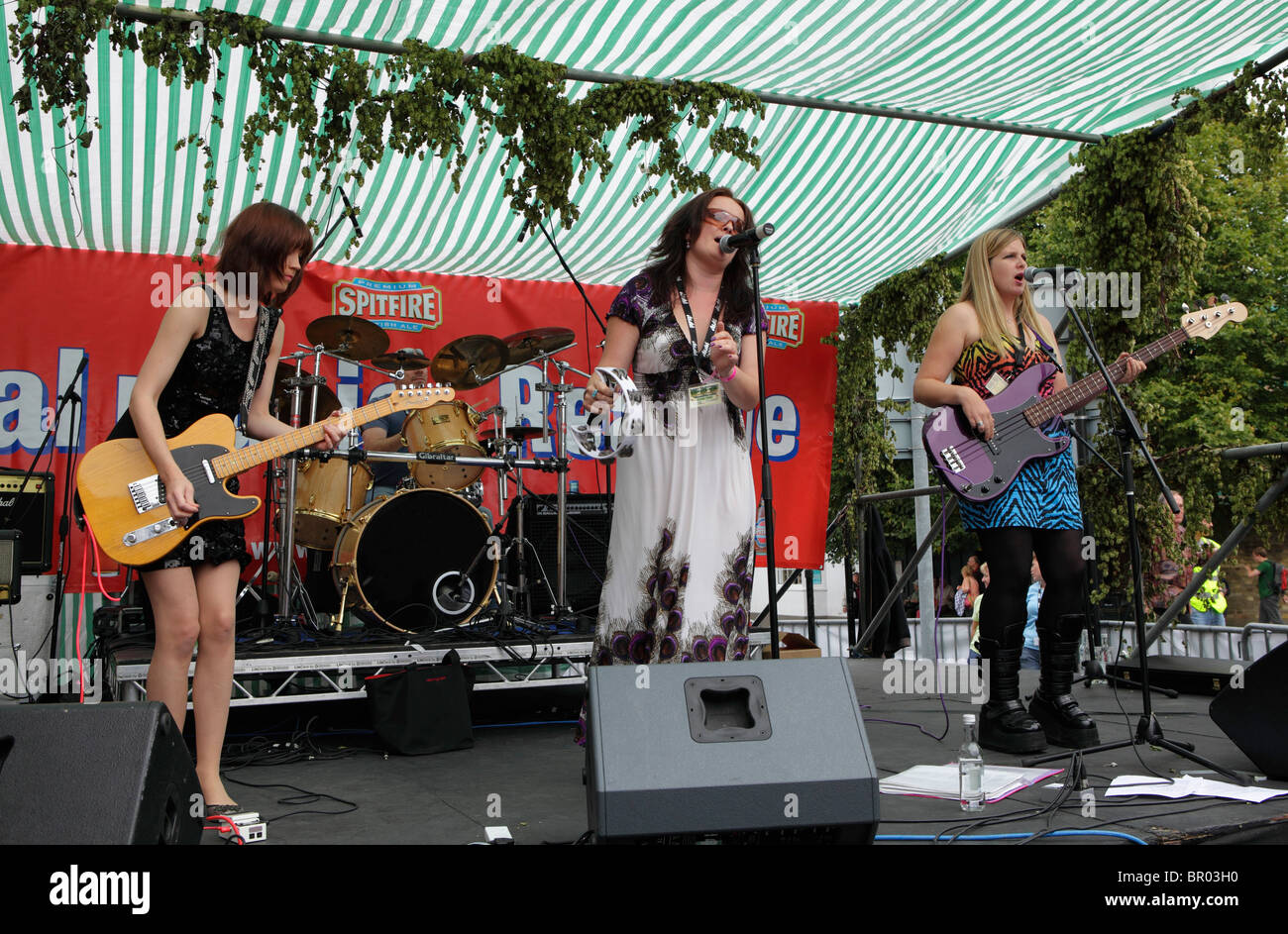 Chix Wiv Pix performing live at Faversham hop festival - Stock Image