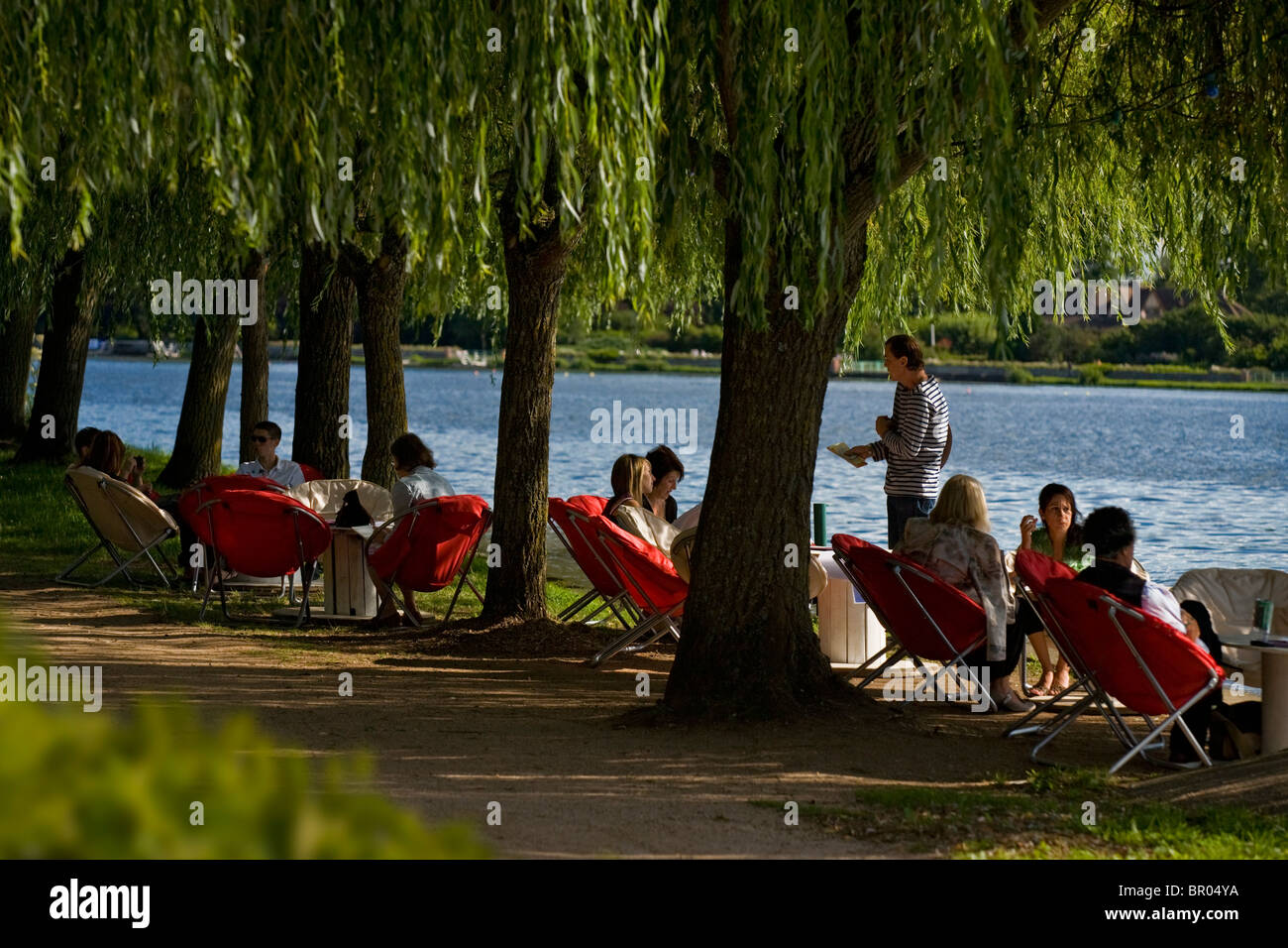 The terrace of a bar in the shade of weeping willows, at Vichy (France). Terrasse de bar à l'ombre de saules - Stock Image
