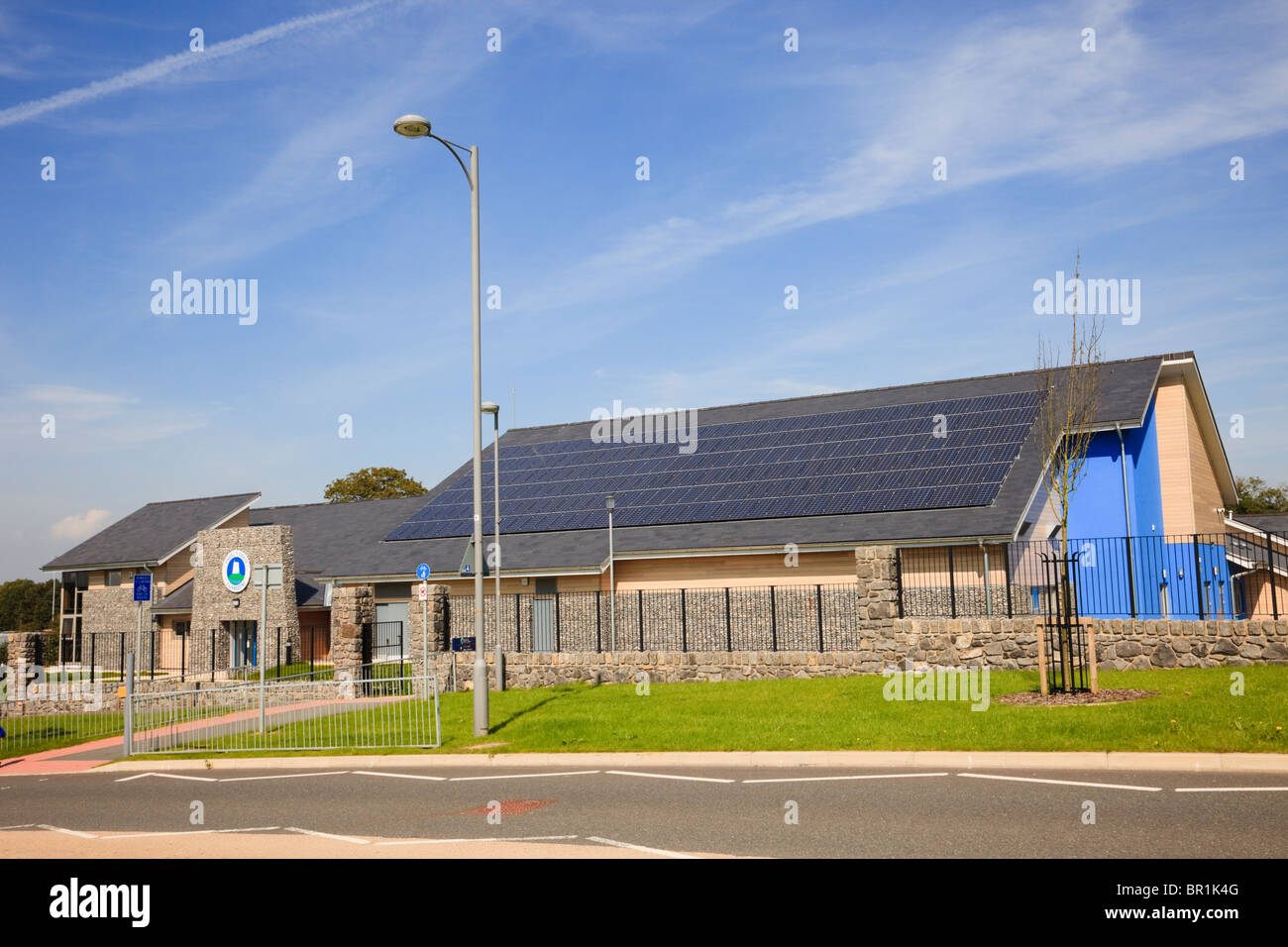 New Ysgol Y Graig primary school building with solar panels on the roof to reduce carbon footprint. Llangefni Isle - Stock Image