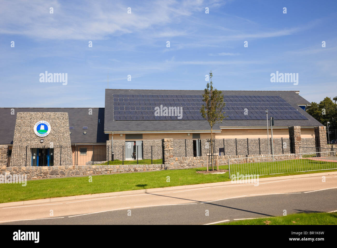 Llangefni, Isle of Anglesey, North Wales, UK, Europe. New Ysgol Y Graig primary school building with solar panels - Stock Image