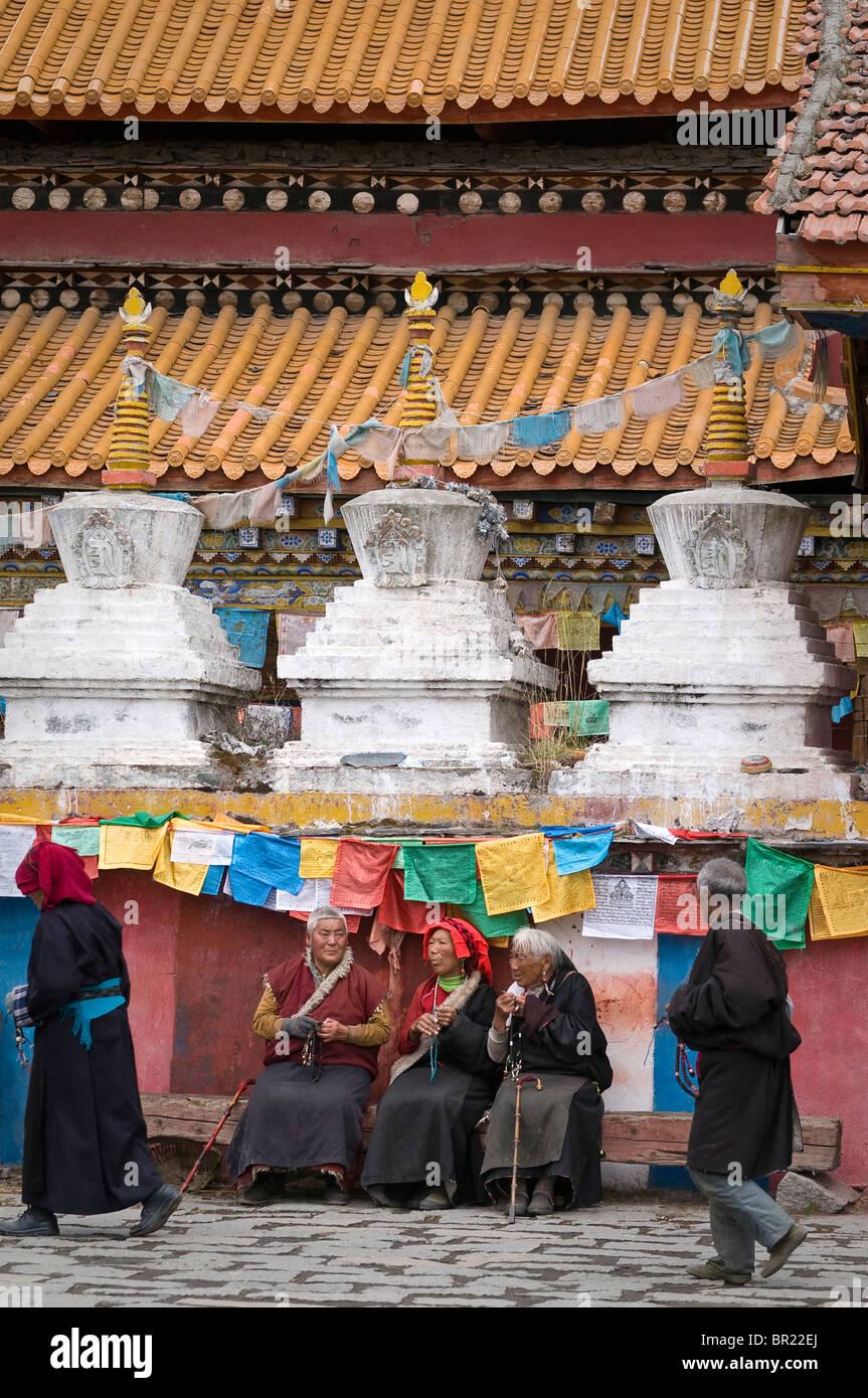 Elderly Tibetan Buddhist pilgrims, Tagong Monastery, Sichuan Province, China. - Stock Image