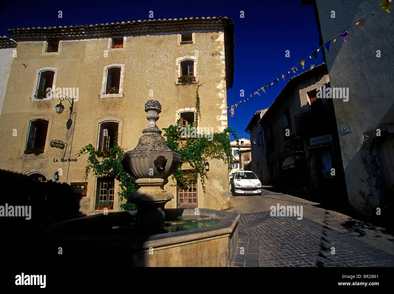 water fountain drinking water potable water place de la fontaine stock photo 31400153 alamy. Black Bedroom Furniture Sets. Home Design Ideas