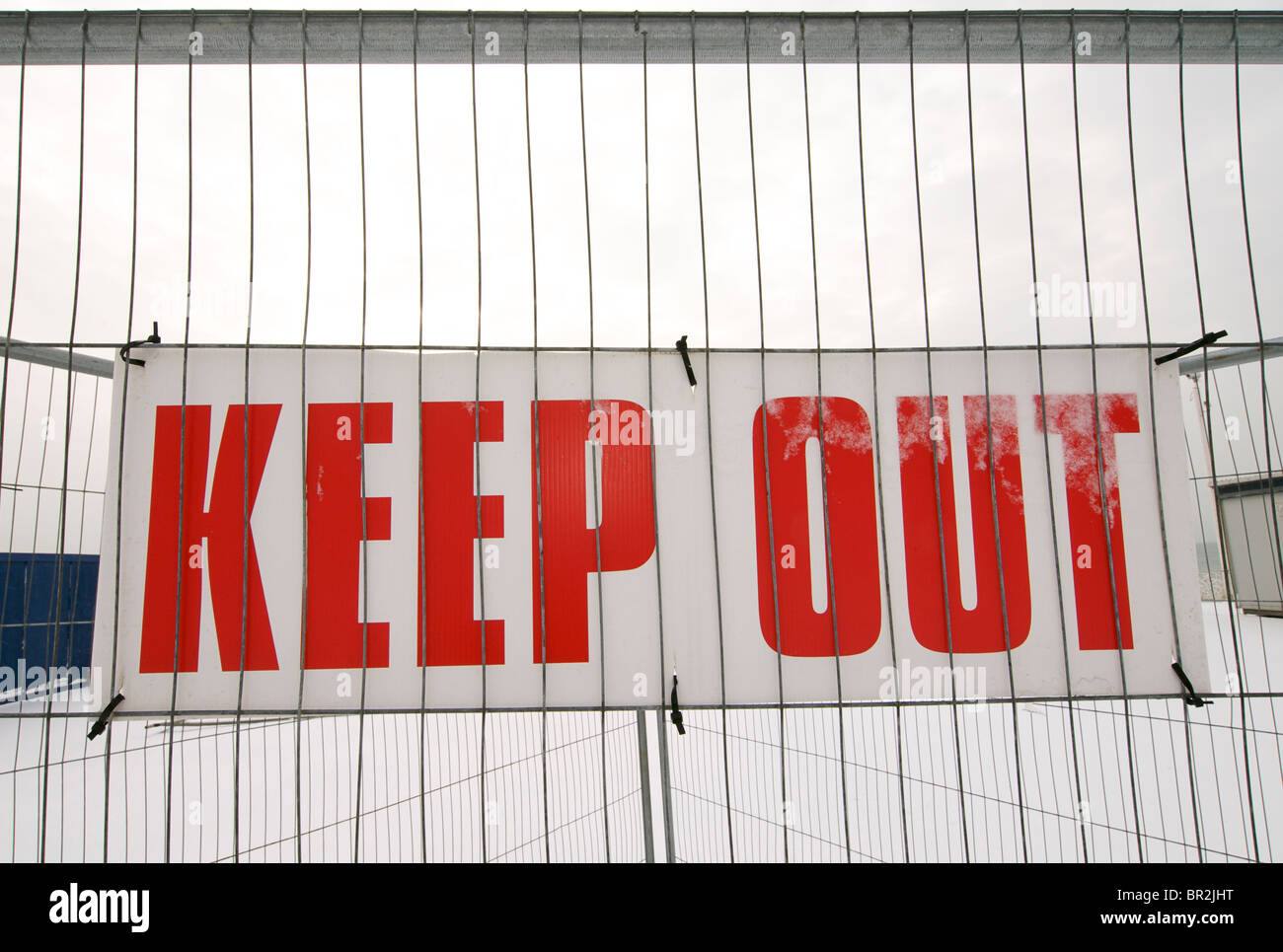 KEEP OUT sign on a wire mesh fence - Stock Image
