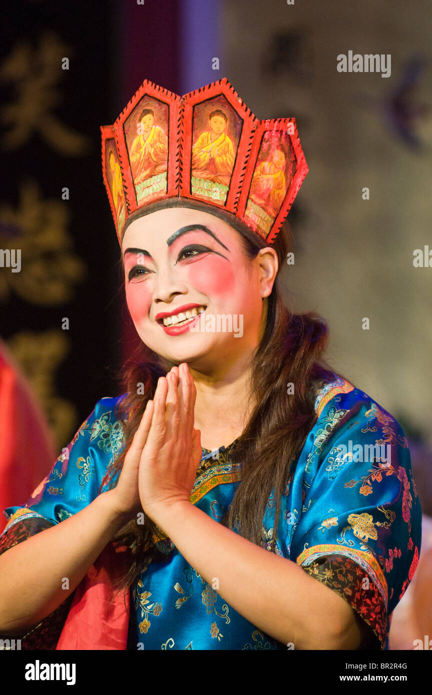 Actress sings in Sichuan Opera at Shufenyayuan Tea House, Chengdu, Sichuan Province, China - Stock Image