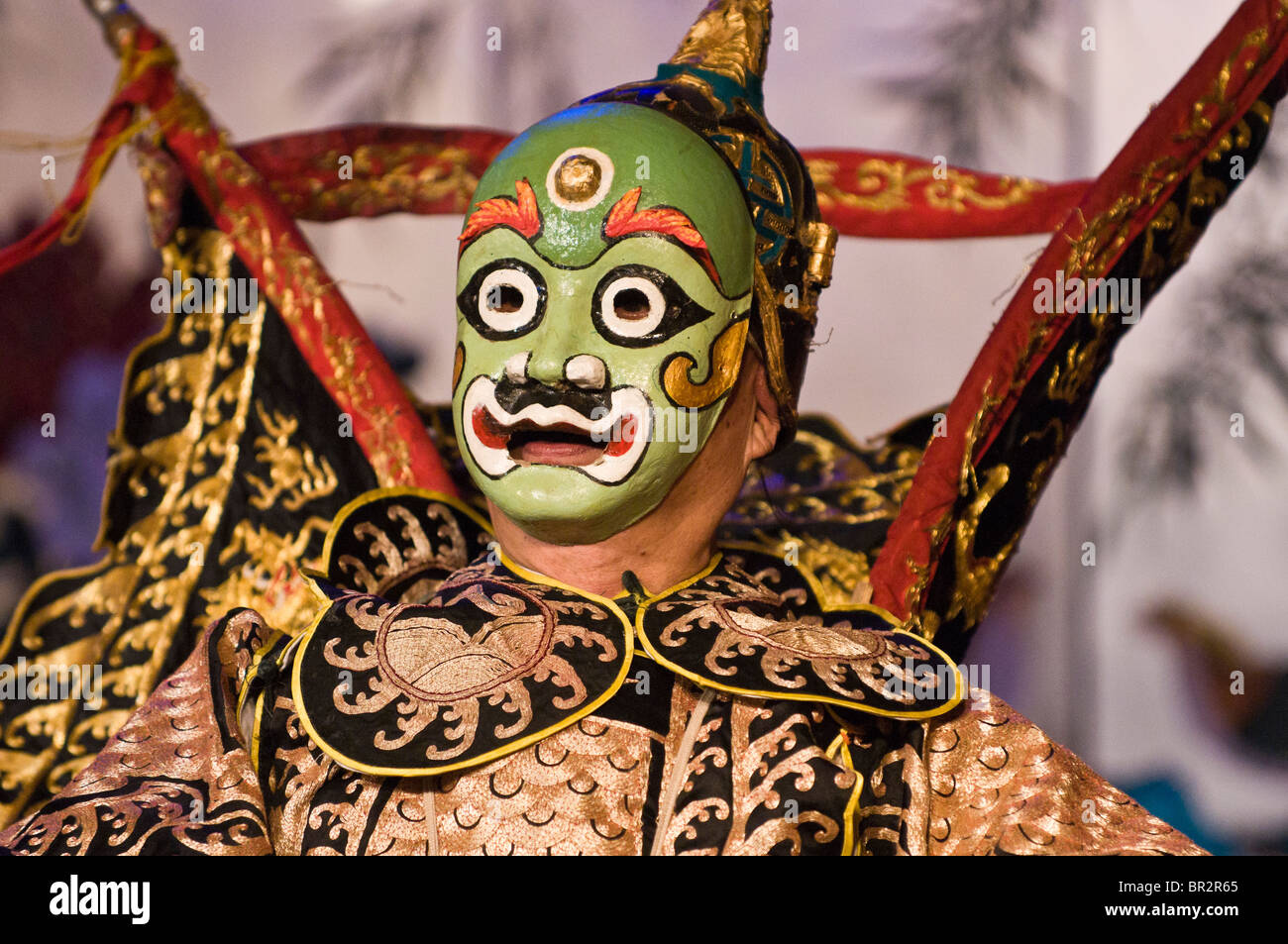 Actor in traditional face mask and costume in Sichuan Opera at Shufenyayuan Tea House, Chengdu, Sichuan Province, - Stock Image