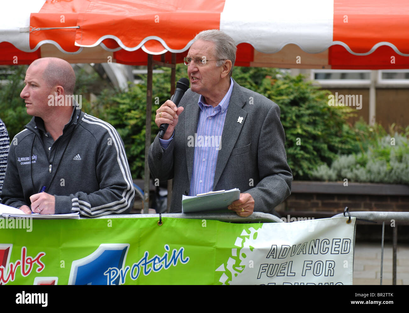 Hugh Porter commentating at Warwick Town Centre Cycle Races, 2010. - Stock Image