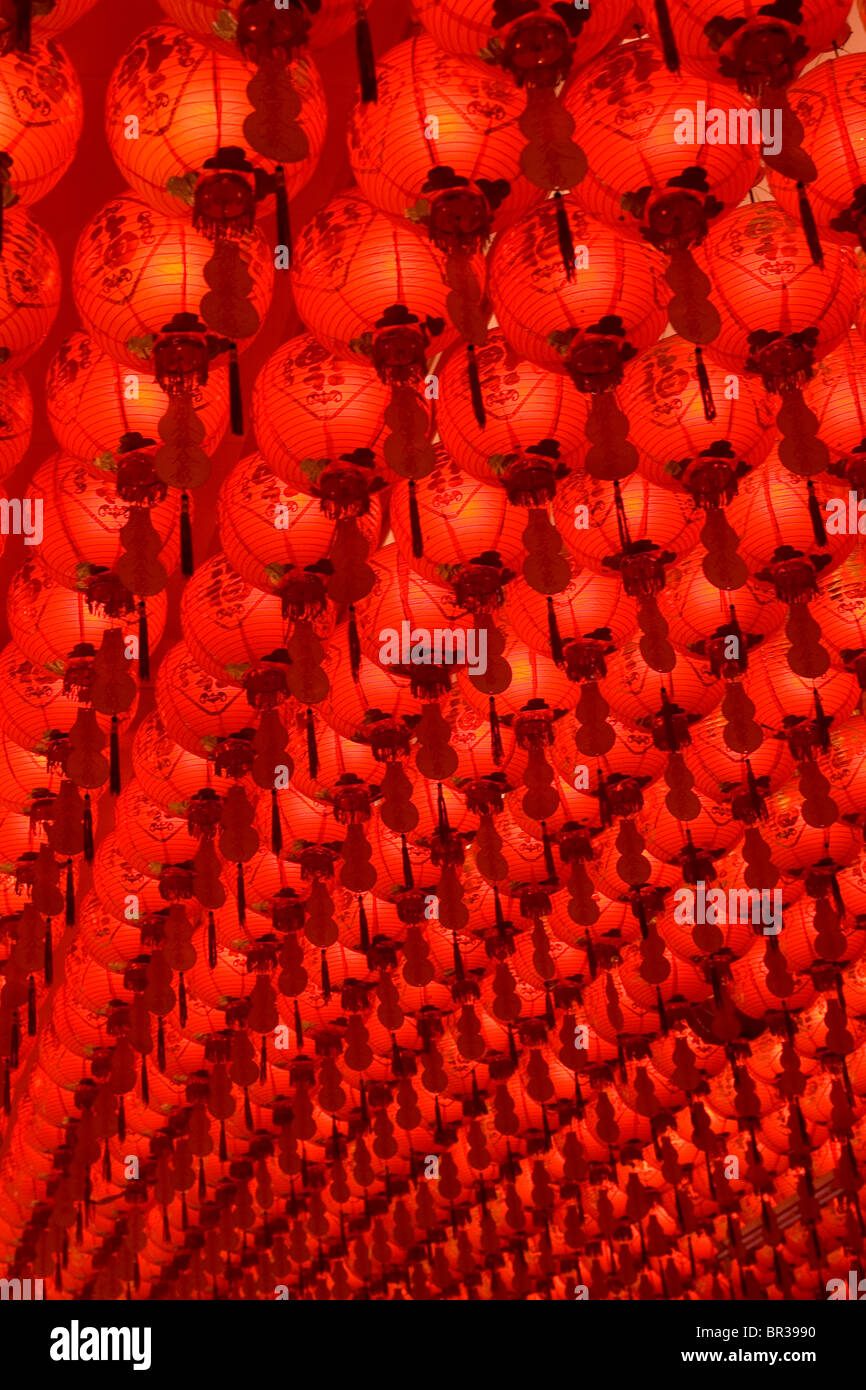 Hundreds of Chinese lanterns hang from a ceiling in Singapore. - Stock Image