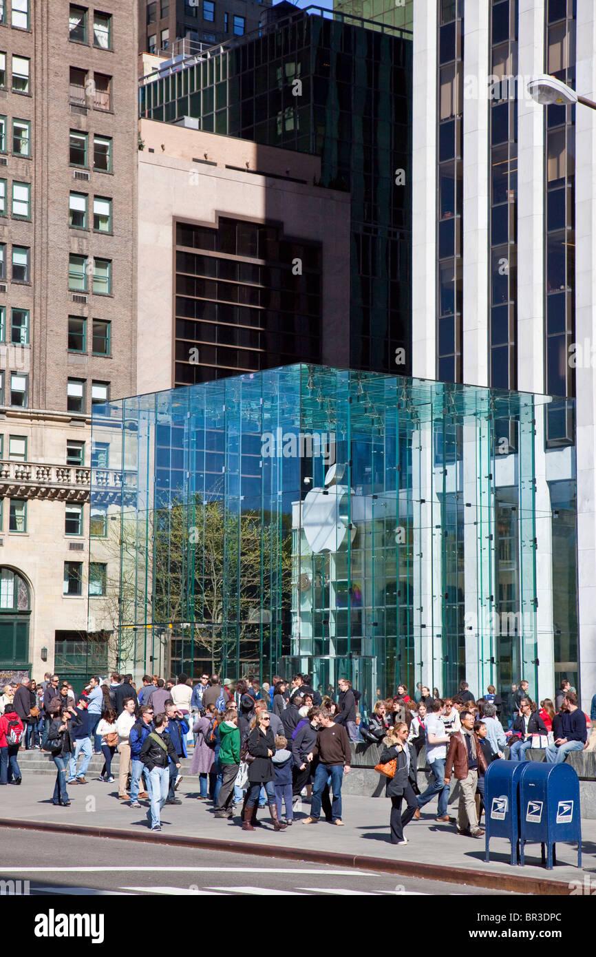 Apple Store 5th Avenue in New York City glass building by Bohlin Cywinski Jackson Stock Photo